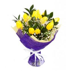 Bouqut de tulipes jaunes, de fleurs et de brouillard.