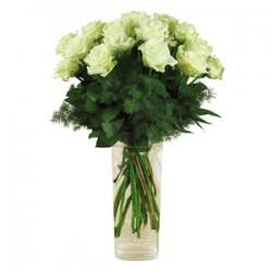 Mazzo di 5 rose  bianche con bacche verdi e foglie di verde