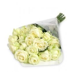 Mazzo di 10  rose  bianche con bacche verdi e foglie di verde