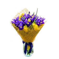 Ramo de flores con iris azul y tulipanes, amarillo