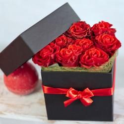 Sushi di di rose rosse in scatola