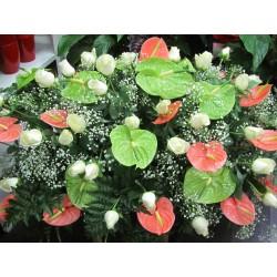 cuscino con anthurium rosa ,verdi e rose bianche