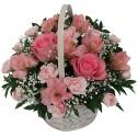 Composizioni di fiori in cesto dai toni rosa