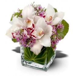 Composición de vidrio con orquídeas y flores blancas de diseño de hojas verdes