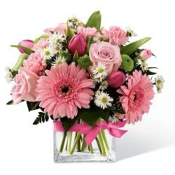 La composizioni proposta in vaso di vetro è un Bouquet con rose rose,tulipani gerberine e-garofani rosa