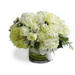 Composition de verre avec douze roses, hortensia blanc blanc
