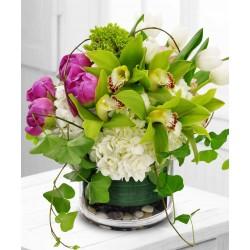 Superbe Composition dans le verre avec des orchidées et des tulipes, pivoines