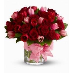 Composición de vidrio de los tulipanes y las rosas rojas
