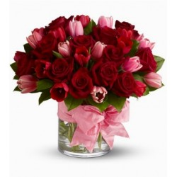 Composizione in vetro di tulipani e rose rosse