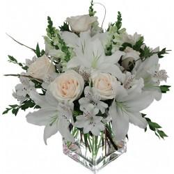 La composición de rosas y lilium blanco