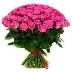 Gran fascio con due dozzine di rose rosa