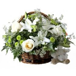 Composizione in cesto con gigli bianchi e rose bianche.