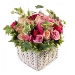 Cesto di rose dai colori rosa