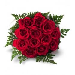 Grazioso bouquet di roselline rosse in felce di cuoio