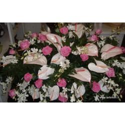 Cuscino funebre dai toni rosa con anthuium,rose rosa e fiori d'arredo