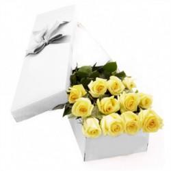 Six Roses jaunes dans une boîte