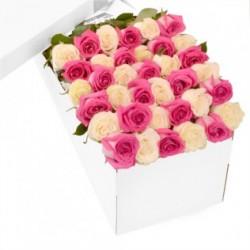 Combinație de Trandafiri roz si trandafiri albi într-o cutie