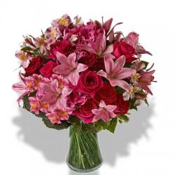 Combinazione di dodici rose rosa fuxia,gigli e alstroemeria rosa