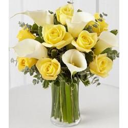 Rose gialle e calle bianche