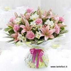 Una dozzina di rose e gigli rosa dai toni chiari