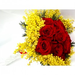 Bouquet of 12 roses, medium-sized and mimosa