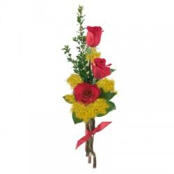 Combinazione di tre rose rosse e mimosa