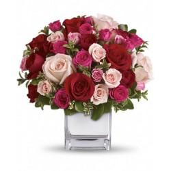 Cube de verre avec un bouquet de roses