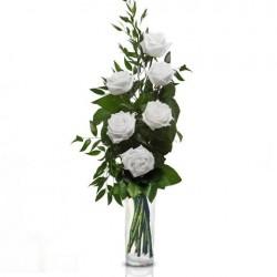 Mazzo di rose 6 bianche con bacche verdi e foglie di verde