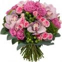 Rondò di rose e orchidee dai toni rosa e bacche verdi