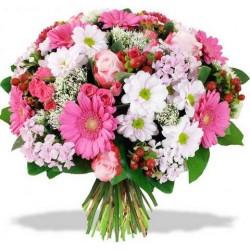 Un Bouquet de roses roses,de gerberas rose, de fruits rouges et de fleurs blanches complémentaires